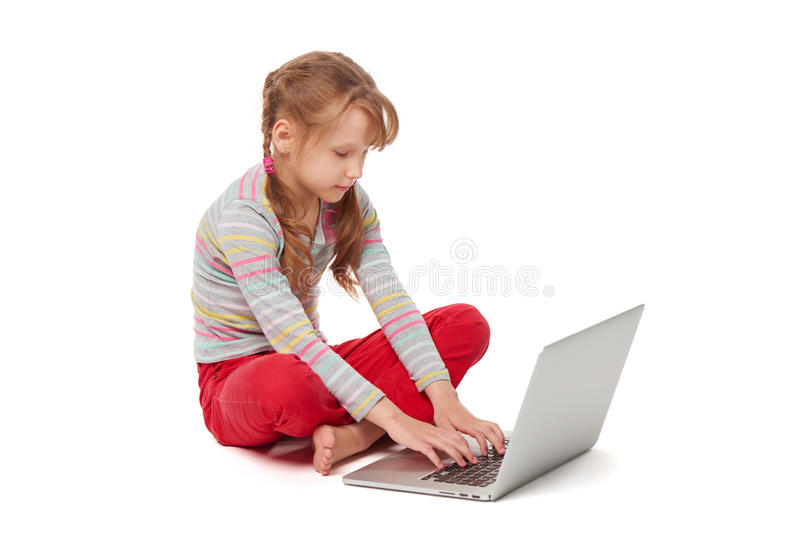 Gezet kind die laptop met behulp van stock foto