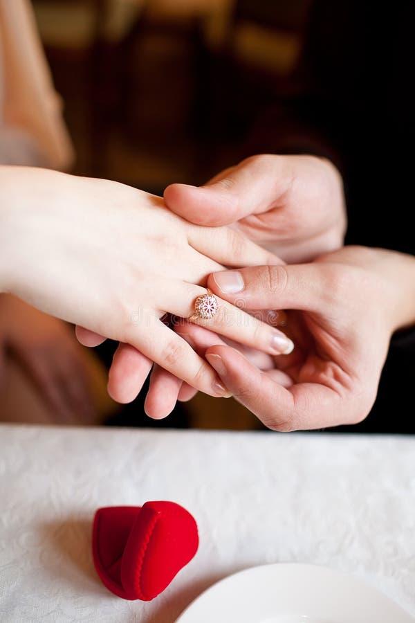 Gezet op verlovingsring stock afbeeldingen