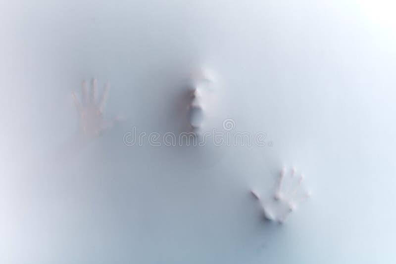 gezicht met brede open mond en opgeheven handen, die zich achter de doek bevinden royalty-vrije stock foto's