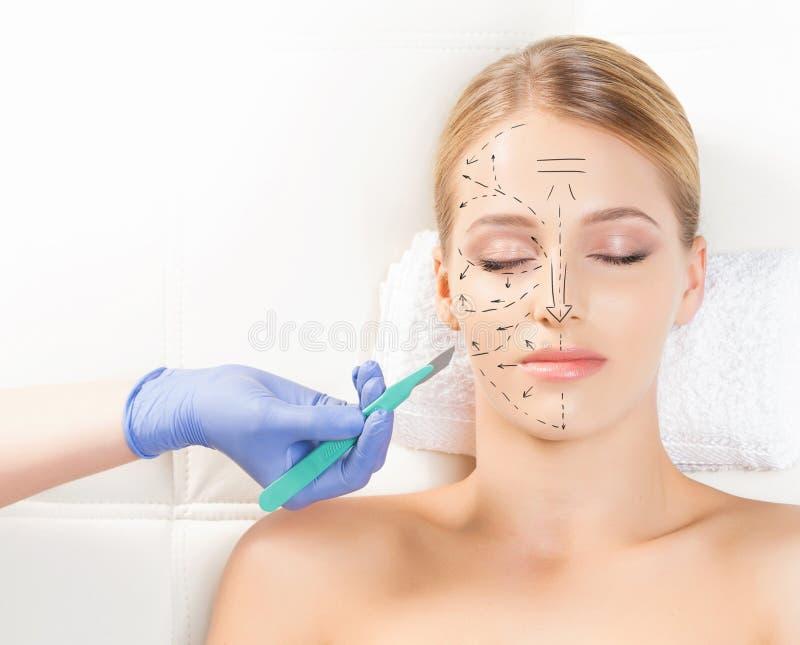 Gezicht met een scalpel Het verouderen, plastische chirurgieconcept stock afbeelding