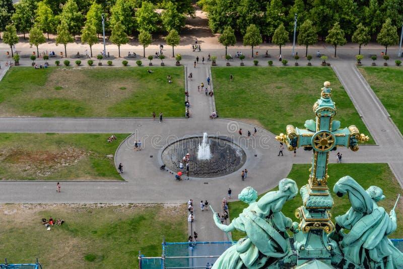 Gezicht op de fontein van Springbrunnen in Lustgarten in Berlijn stock foto