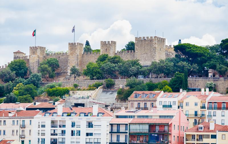 Gezicht op Saint George Castle omringd door woonhuizen van Alfama Lissabon Portugal royalty-vrije stock afbeelding