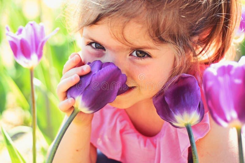 Gezicht skincare Allergie voor bloemen De lentetulpen het meisjesmanier van de weervoorspellingszomer Gelukkige kinderjaren weini stock afbeeldingen