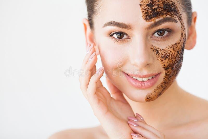Gezicht skincare Het jonge charmante meisje maakt een zwart houtskoolmasker o royalty-vrije stock afbeeldingen