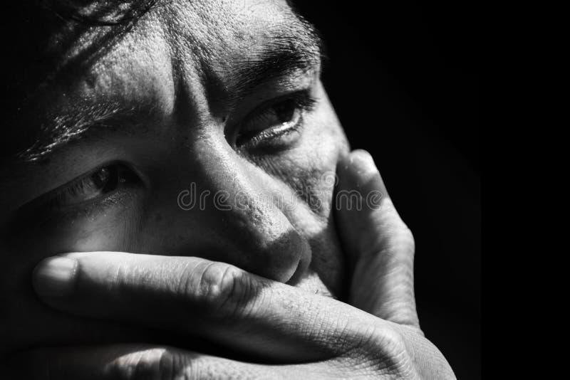 gezicht van de gedeprimeerde en hopeloze mens op zwarte stock afbeeldingen