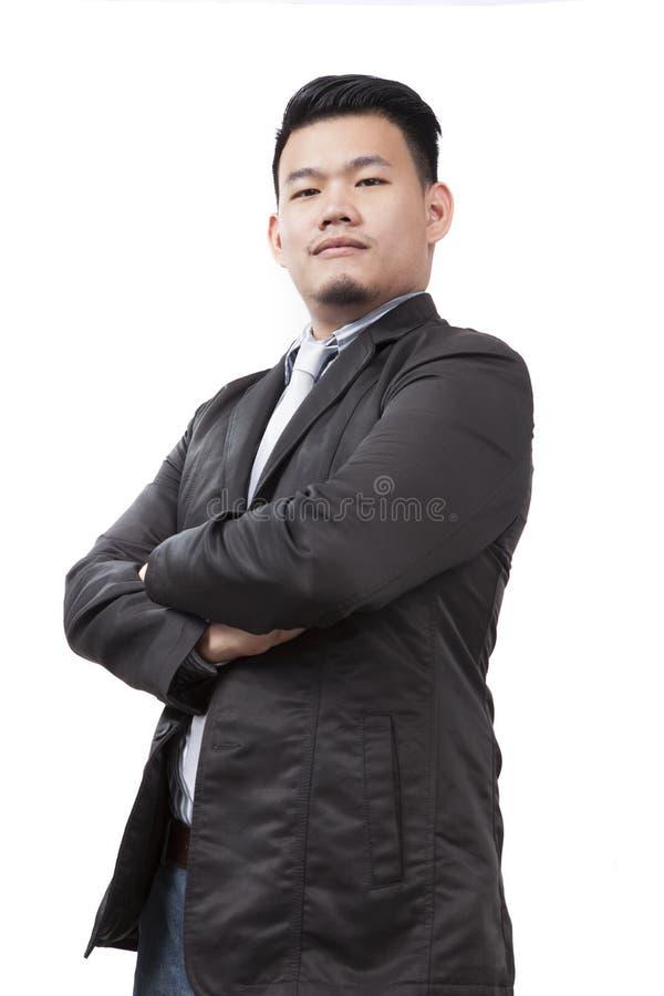 Gezicht van de jonge Aziatische mens die westelijk kostuum dragen die en lookin bevinden zich stock afbeelding