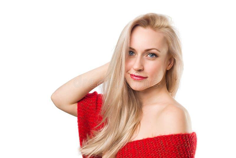Gezicht van de leuke vrouw in rode sweater stock afbeelding