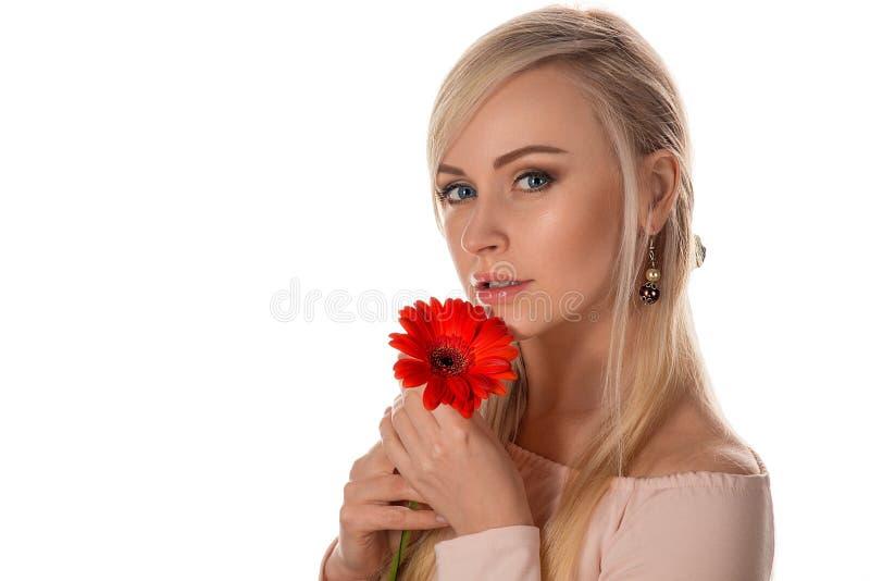 Gezicht van de mooie vrouw met gerberabloem royalty-vrije stock afbeelding