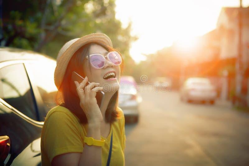 Gezicht van de vrouw van de gelukemotie het spreken op mobiele telefoon die zich aan de kant van de stadsstraat bevinden royalty-vrije stock fotografie