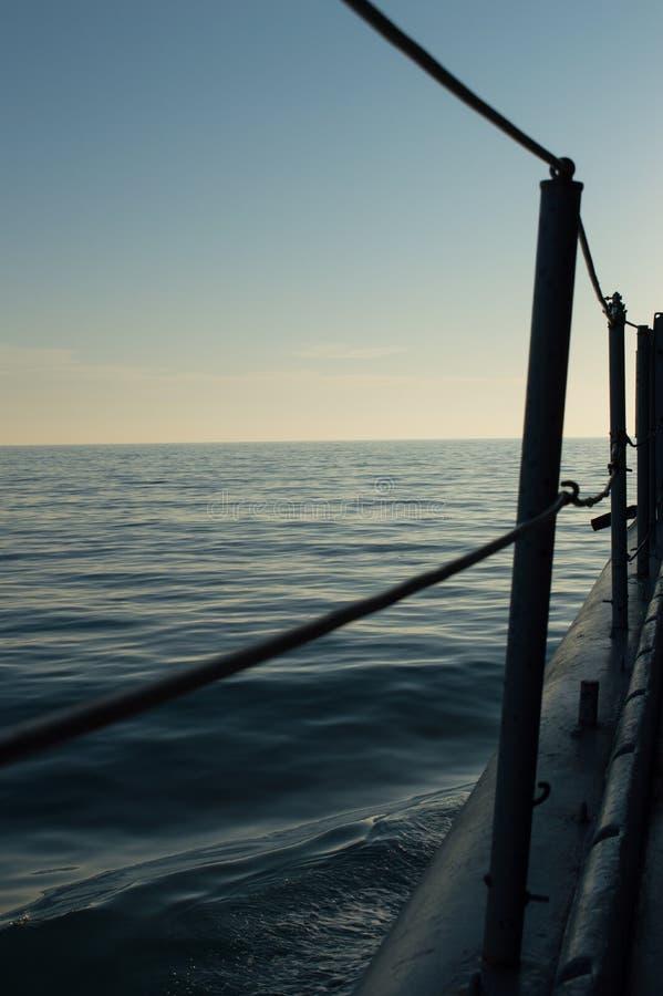 Gezicht van een militair fregat die op de Atlantische Oceaan varen stock foto's