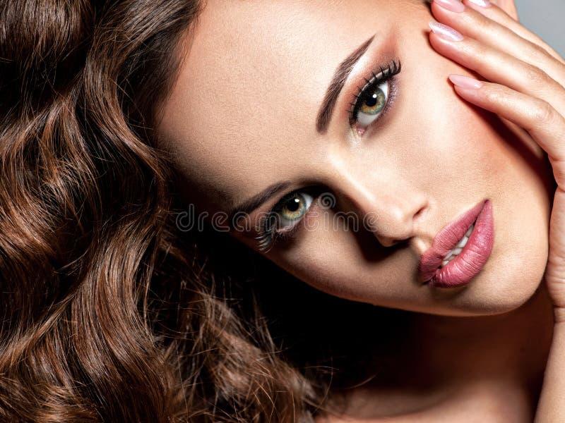 Gezicht van een mooie vrouw met bruin haar royalty-vrije stock afbeeldingen