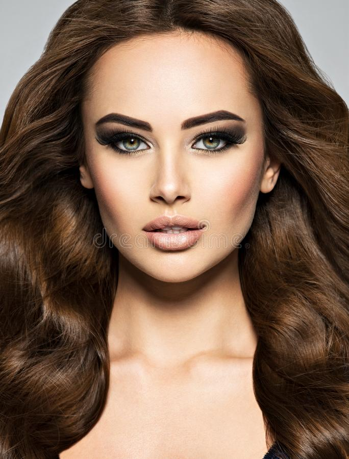 Gezicht van een mooie vrouw met lang bruin haar royalty-vrije stock foto