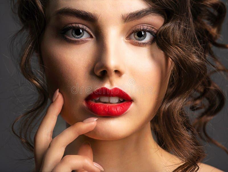 Gezicht van een mooie vrouw met een rokerige oogmake-up en een rode lippenstift royalty-vrije stock fotografie