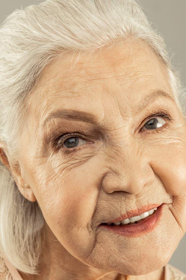 Gezicht van een prettig opgetogen bejaarde stock fotografie