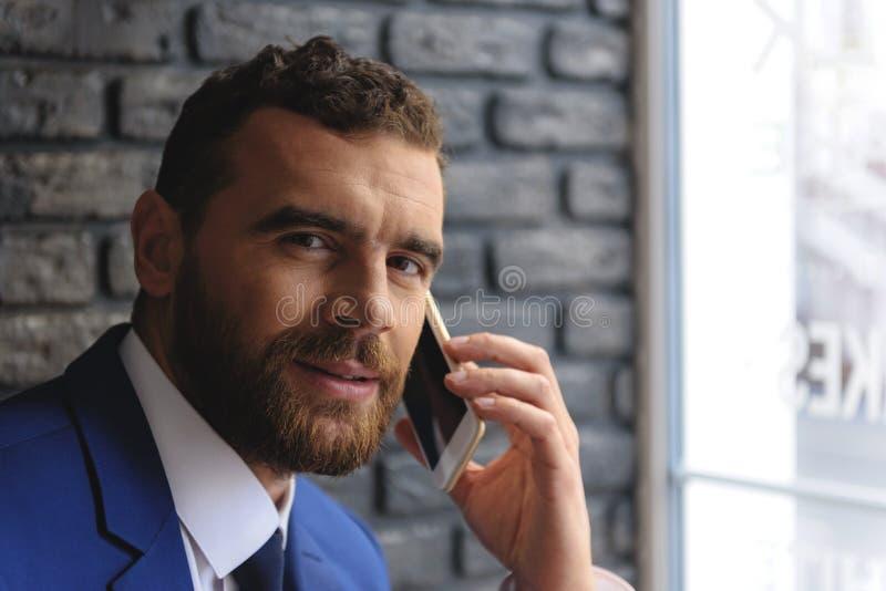 Gezicht van een succesvolle freelancer met de telefoon stock foto