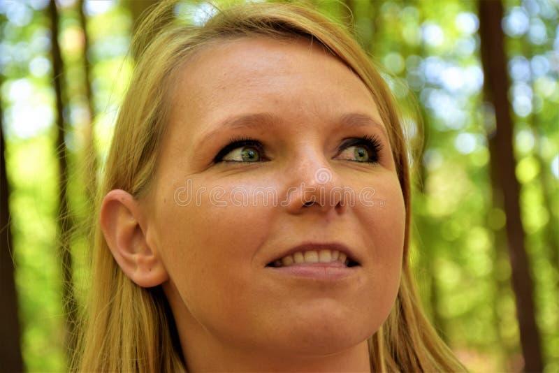 Gezicht van een vrouw die met blond haar zijdelings kijken royalty-vrije stock foto