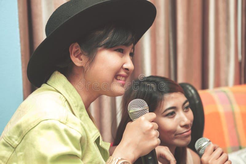 Gezicht van het Aziatische jongere het zingen vermaak van het karaokelied thuis stock afbeelding