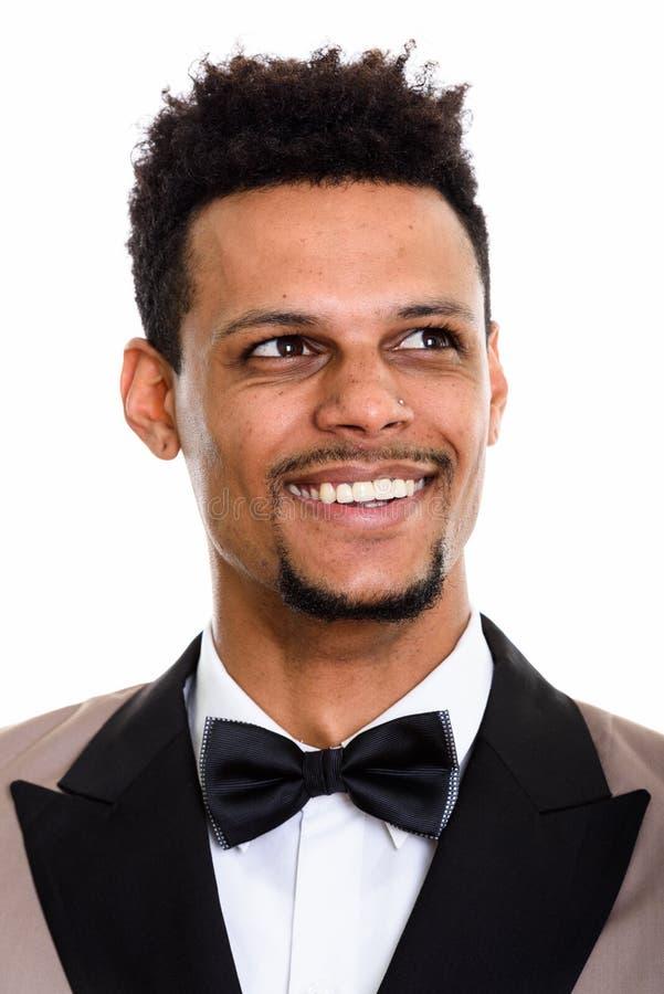 Gezicht van het jonge gelukkige Afrikaanse zakenman glimlachen terwijl het denken stock fotografie