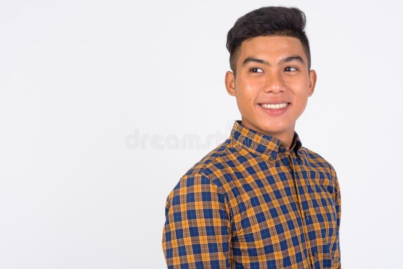 Gezicht van het jonge gelukkige Aziatische zakenman denken tegen witte achtergrond stock afbeeldingen