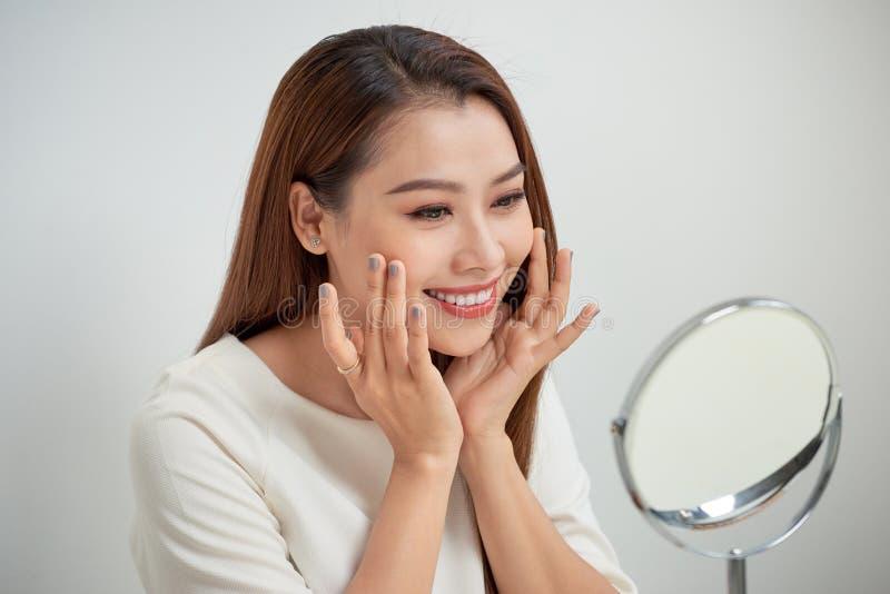 Gezicht van het jonge mooie gezonde vrouw kijken in de spiegel royalty-vrije stock foto