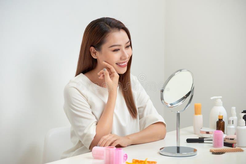 Gezicht van het jonge mooie gezonde vrouw kijken in de spiegel royalty-vrije stock afbeeldingen