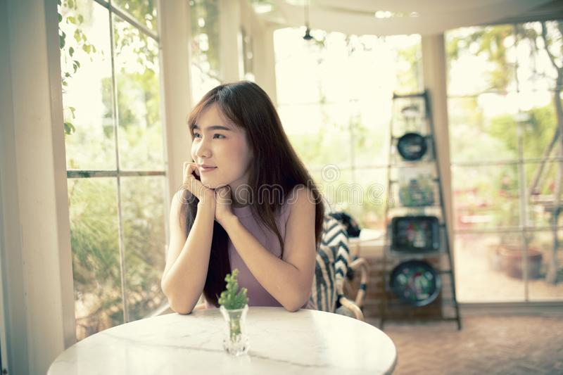 Gezicht van het mooie Aziatische jongere vrouw glimlachen met geluk in woonkamer royalty-vrije stock fotografie