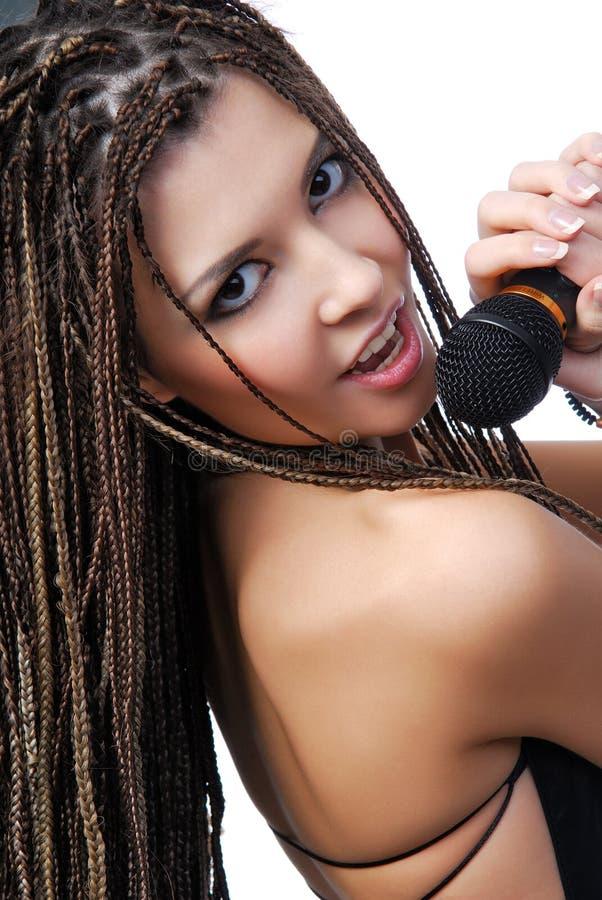 Gezicht van mooi zangermeisje stock afbeelding