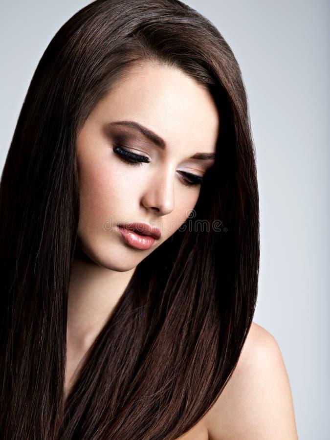 Gezicht van mooie jonge vrouw met bruine samenstelling en rechtstreeks stock afbeeldingen