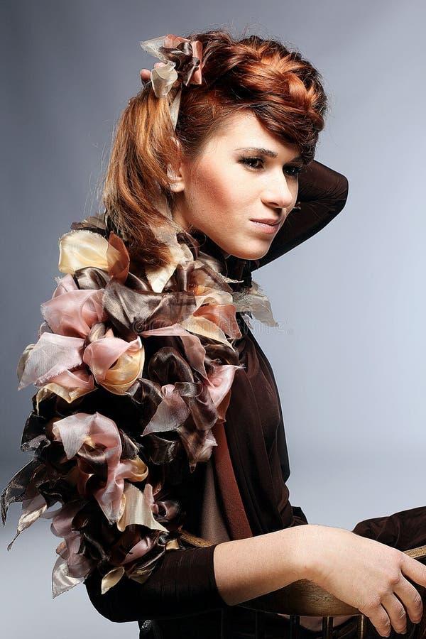 Gezicht van mooie Kaukasische vrouw in bruine kleding stock afbeelding