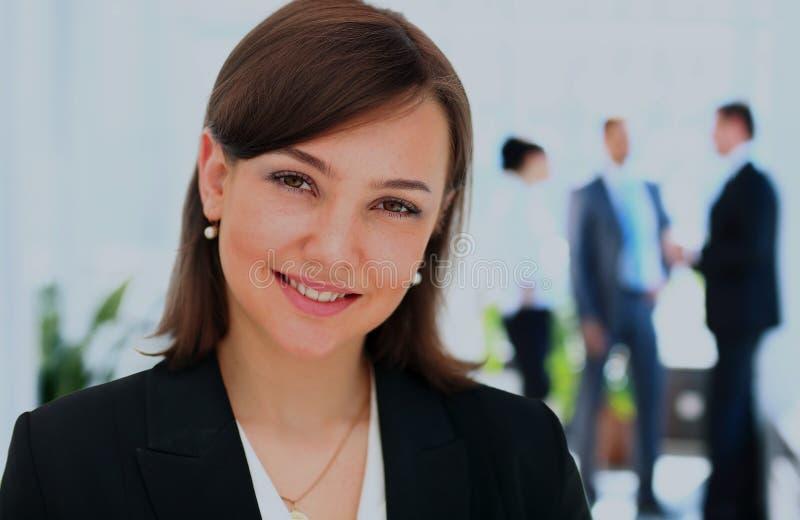 Gezicht van mooie vrouw op de achtergrond van bedrijfsmensen royalty-vrije stock afbeelding