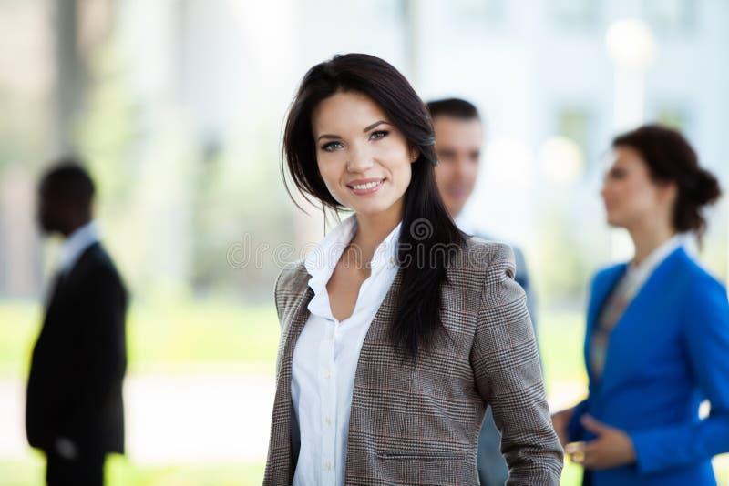 Gezicht van mooie vrouw op de achtergrond van bedrijfsmensen stock fotografie