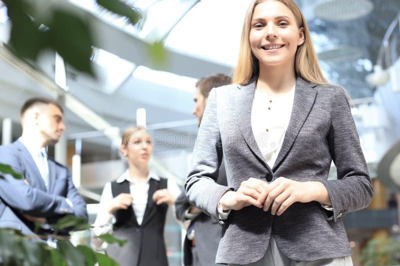 Gezicht van mooie vrouw op de achtergrond van bedrijfsmensen stock foto