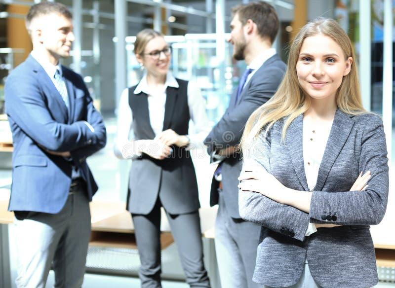 Gezicht van mooie vrouw op de achtergrond van bedrijfsmensen stock afbeelding