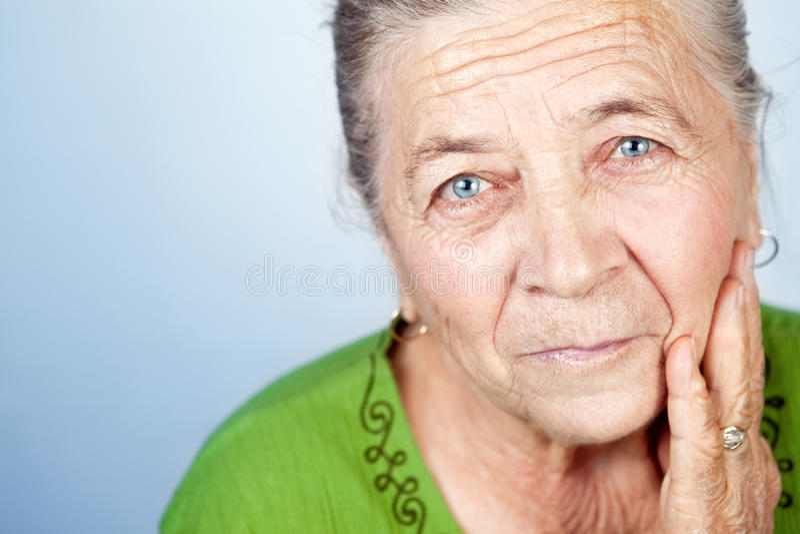 Gezicht van tevreden mooie oude hogere vrouw stock afbeeldingen