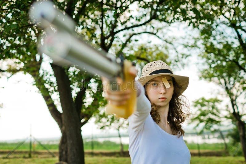 Gezicht van voordien het streven van sport vrouwelijke schutter tijdens concentratie stock fotografie