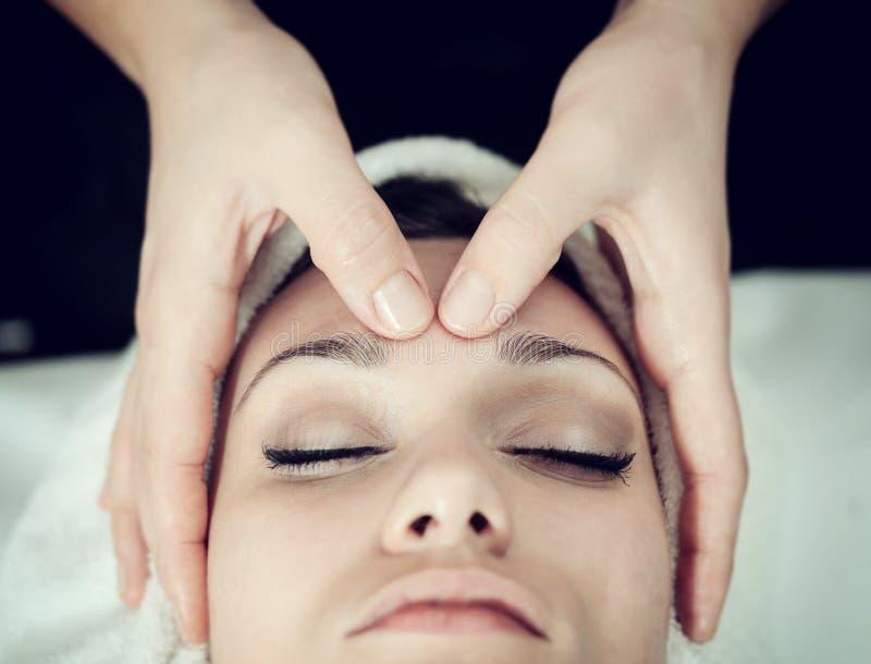 Gezichts Massage bij Kuuroord royalty-vrije stock afbeelding
