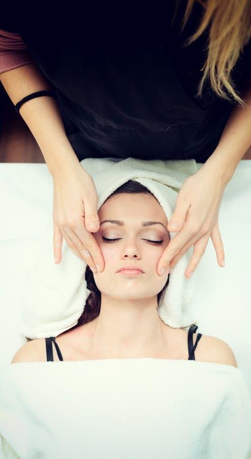 Gezichts Massage bij Kuuroord stock afbeeldingen