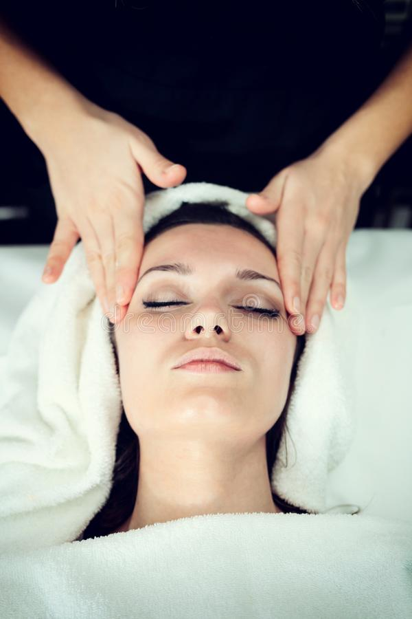 Gezichts Massage bij Kuuroord royalty-vrije stock fotografie