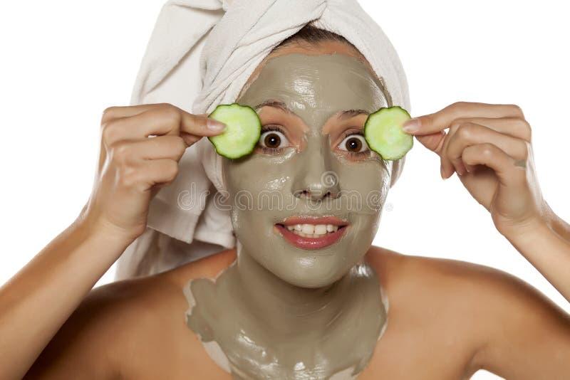 Gezichts zorg-gekke masker en komkommers royalty-vrije stock fotografie
