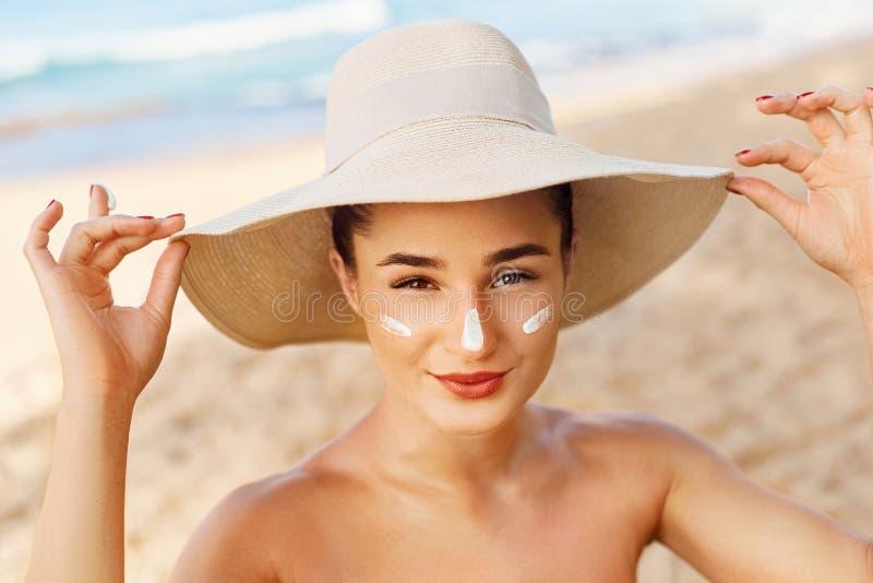Gezichts zorg Jonge Vrouwelijke de Zonroom van de Holdingsfles en het Van toepassing zijn bij Gezicht het Glimlachen Het Gezicht  royalty-vrije stock foto's