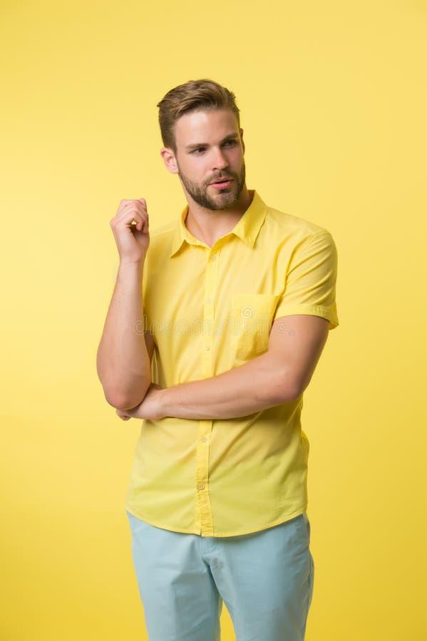 Gezichts zorg Kaukasische kerel met snor Rijpe hipster met baard Mannelijke manier Gebaarde mens mens op geel stock afbeeldingen