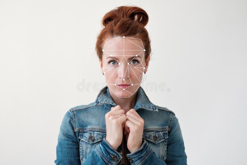 Gezichtserkenning van een midden oude rode haired vrouw stock afbeeldingen