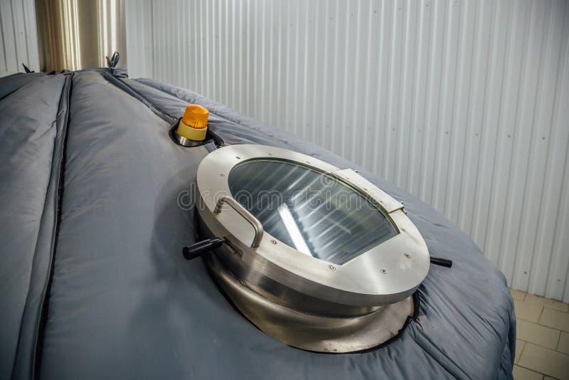 Gezichtsglas van staaltank voor biergisting in moderne brouwerij royalty-vrije stock foto's