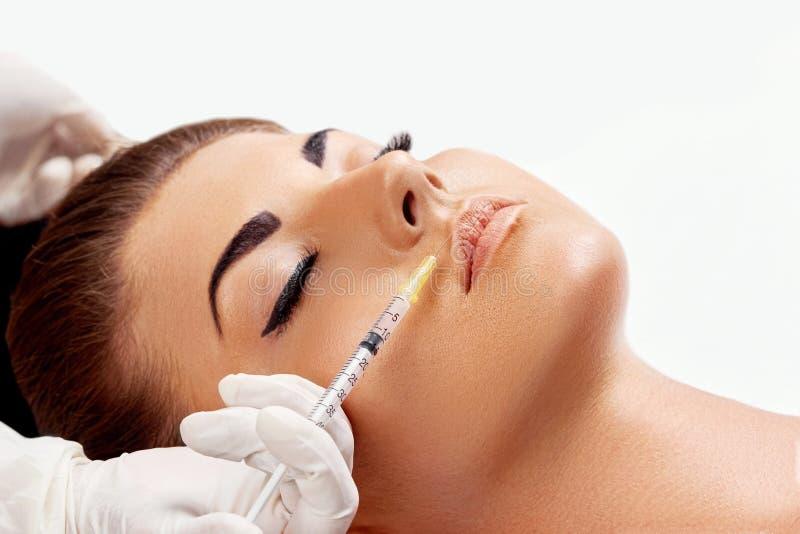 Gezichtsinjectie Vrouw die kosmetische injectie van botox in lippen krijgen, close-up royalty-vrije stock afbeelding
