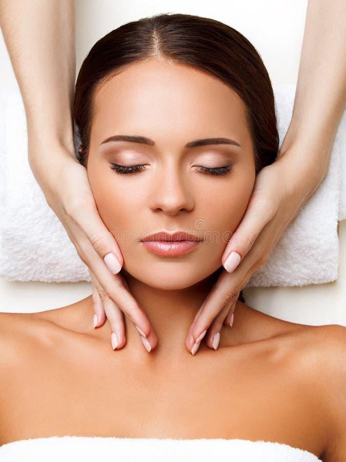 Gezichtsmassage. Close-up van een Young Woman Getting Spa Behandeling. royalty-vrije stock foto's