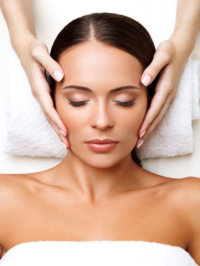 Gezichtsmassage. Close-up van een Young Woman Getting Spa Behandeling. stock afbeelding