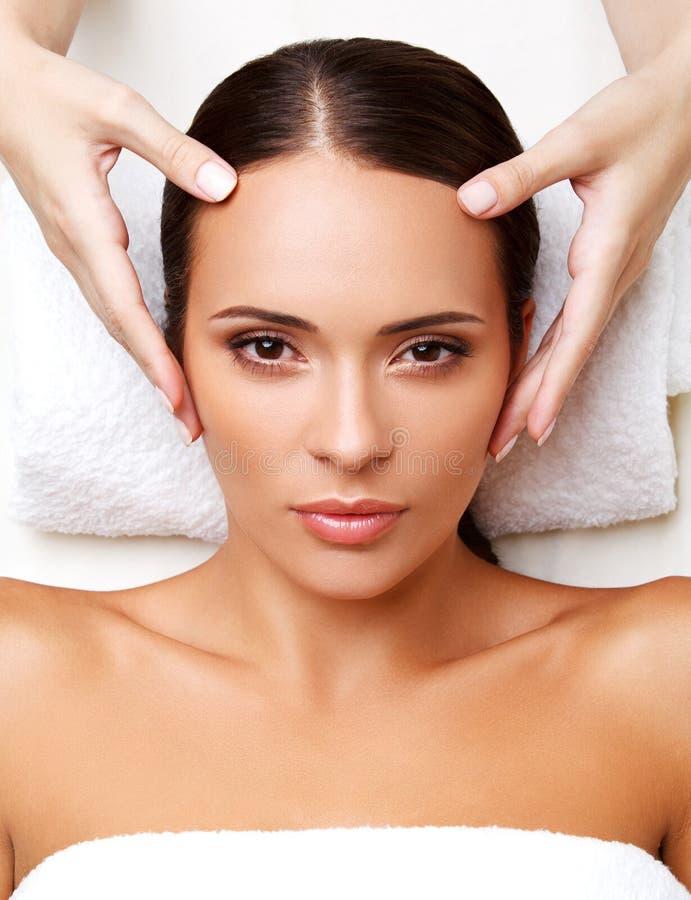 Gezichtsmassage. Close-up van een Young Woman Getting Spa Behandeling. royalty-vrije stock afbeeldingen