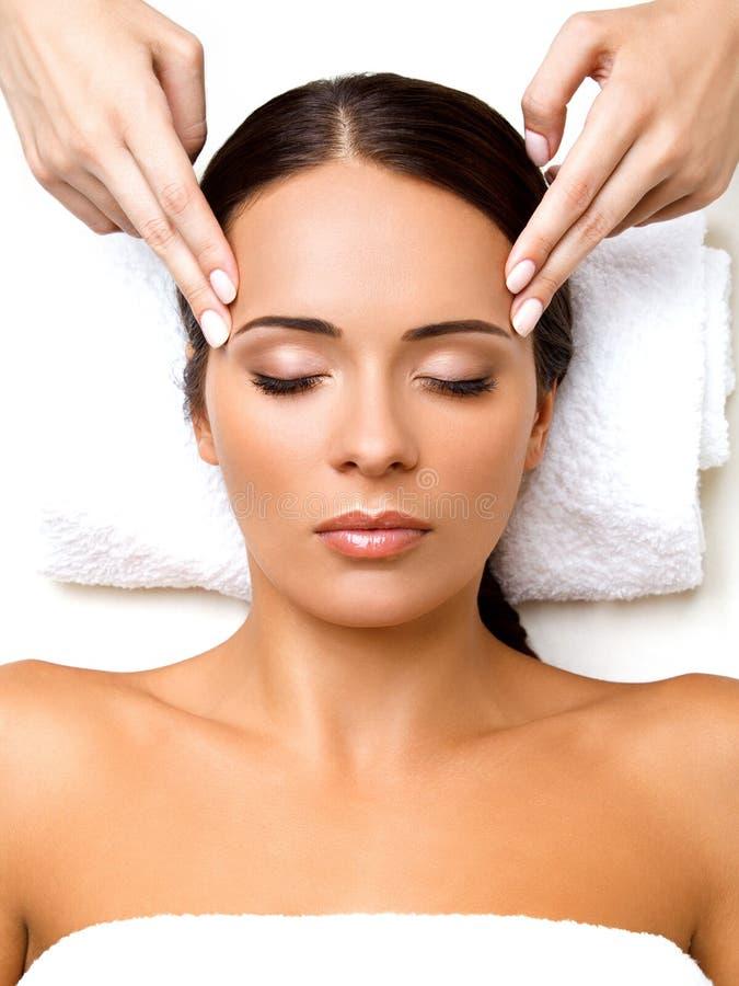 Gezichtsmassage. Close-up van een Young Woman Getting Spa Behandeling. stock fotografie