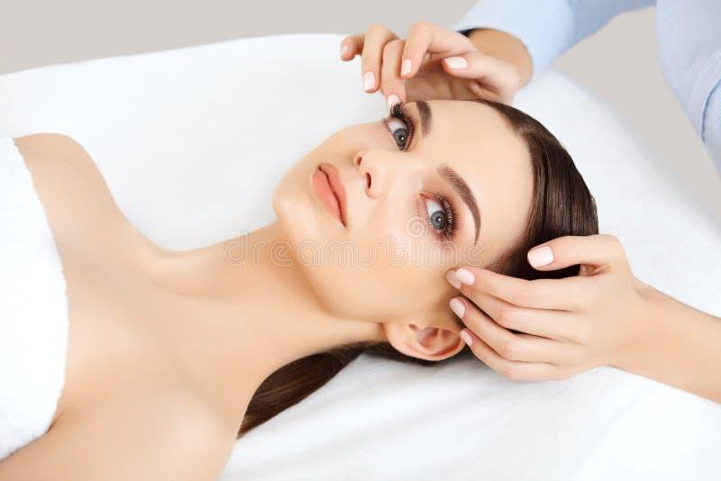 Gezichtsmassage. Close-up van een Young Woman Getting Spa Behandeling. stock foto