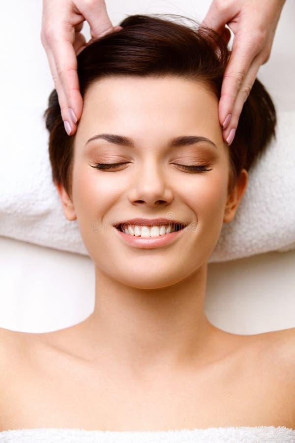Gezichtsmassage. Close-up van een Young Woman Getting Spa Behandeling. H royalty-vrije stock foto